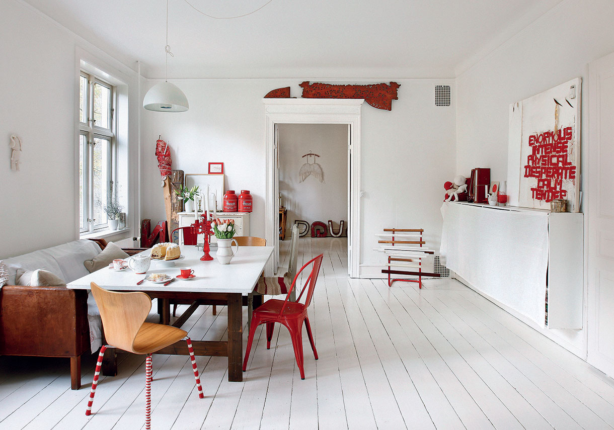 un appartement en rouge et blanc copenhague maison cr ative. Black Bedroom Furniture Sets. Home Design Ideas