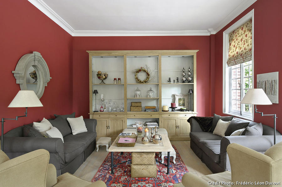 Maison salon rouge et beige