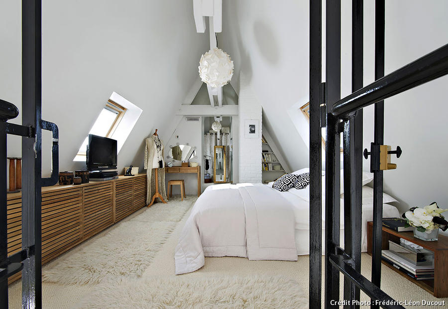 un loft sous les toits de paris dans l 39 ancien h tel particulier de jos phine baker. Black Bedroom Furniture Sets. Home Design Ideas