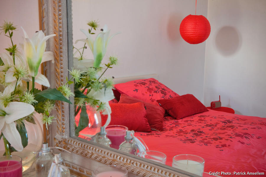 mc90-symphonie-deco-rouge-nancy-sinatra-chambre-parentale.jpg