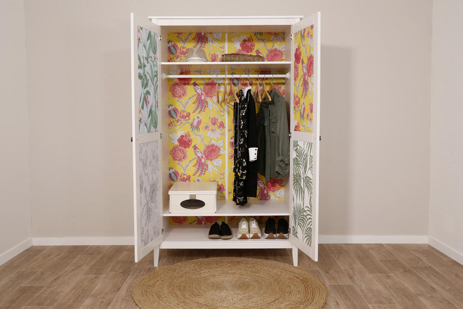 relooker une armoire en bois avec du papier peint 8 tapes maison cr ative. Black Bedroom Furniture Sets. Home Design Ideas
