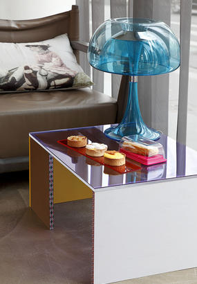 Une table basse en Plexiglas
