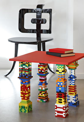 Table aux pieds en Lego