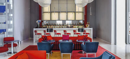 Lobby bar bleu blanc rouge